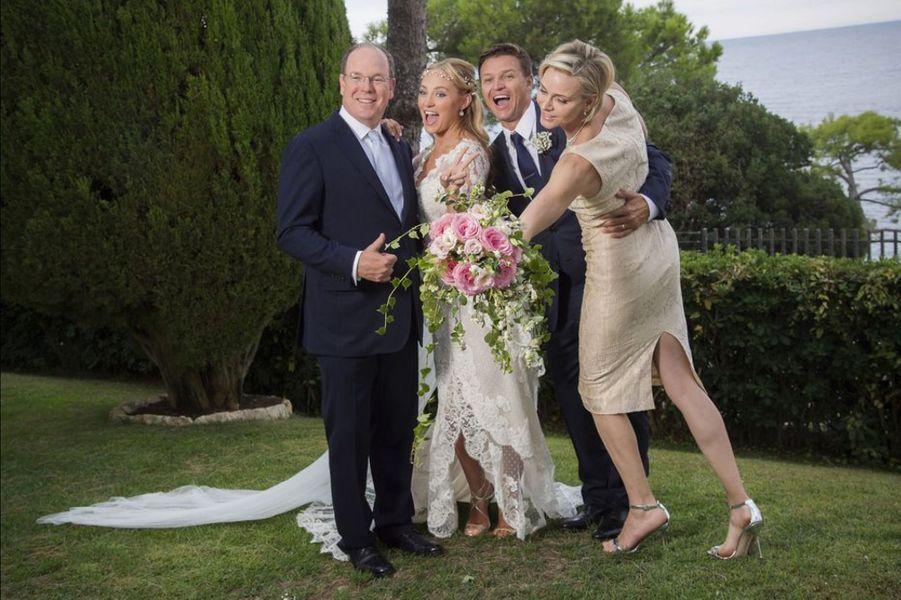 Gareth Wittstock, le frère de la princesse Charlène de Monaco, a épousé sa compagne Roisin Galvin, le vendredi 4 septembre dernier, devant leur fille Kaiai-Rose qui aura deux ans le mois prochain. L'homme de la journée s'est réjoui d'avoir pu compter sur la présence de sa grande sœur, dont il est extrêmement proche. C'est d'ailleurs pour vivre auprès d'elle qu'il s'est installé il y a quelques années sur le Rocher.Chaque dimanche, le Royal Blog de Paris Match vous propose de voir ou revoir les plus belles photographies de la semaine royale.