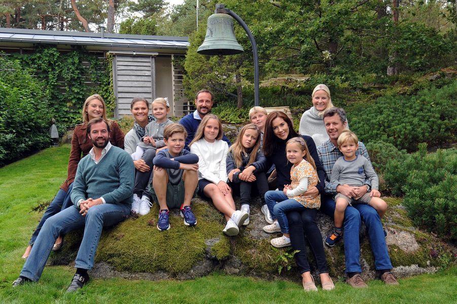 Ce dimanche 13 septembre, le prince héritier de Norvège Haakon et son épouse la princesse Mette-Marit ont pris la pose aux côtés de leurs homologues de Suède, du Danemark et du Luxembourg qu'ils avaient invités en week-end, avec leurs enfants, dans la maison de vacances du roi Harald et de la reine Sonja à Magero, une résidence privée située sur l'île de Tjome au sud d'Oslo.Chaque dimanche, le Royal Blog de Paris Match vous propose de voir ou revoir les plus belles photographies de la semaine royale.
