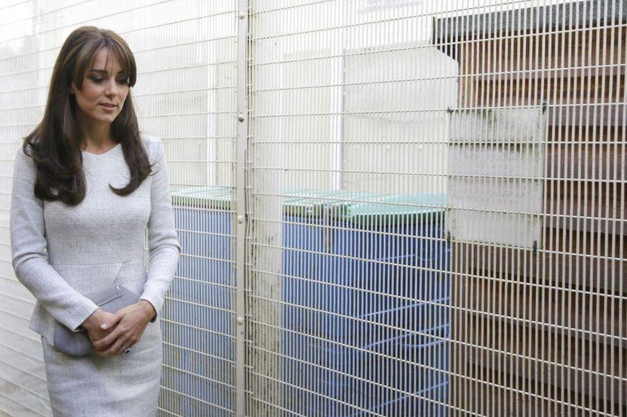 La duchesse de Cambridge, née Kate Middleton, a rendu visite ce vendredi 25 septembre, aux détenues de la prison pour femmes de HMP Send, dans le Surrey. La rencontre a été organisée par le Rehabilitation of Addicted Prisoners Trust, qui aide les détenues à vaincre leurs addictions, principalement à la drogue et l'alcool, afin de prendre un nouveau départ. L'association est liée à Action on Addiction, œuvre de charité dont Kate et la marraine.Chaque dimanche, le Royal Blog de Paris Match vous propose de voir ou revoir les plus belles photographies de la semaine royale.
