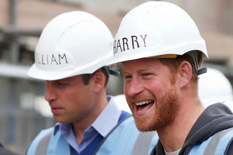 Chacun son casque, avec son nom dessus pour ne pas se tromper. Ce mercredi 23 septembre, les princes William et Harry ont été accueillis en guest stars dans l'émission de téléréalité de la BBC, «DIY SOS». Comprenez «Do it yourself (faites-le vous-même) SOS» ou plus simplement «SOS bricolage». Et les deux frères n'ont pas hésité à relever leurs manches.Chaque dimanche, le Royal Blog de Paris Match vous propose de voir ou revoir les plus belles photographies de la semaine royale.