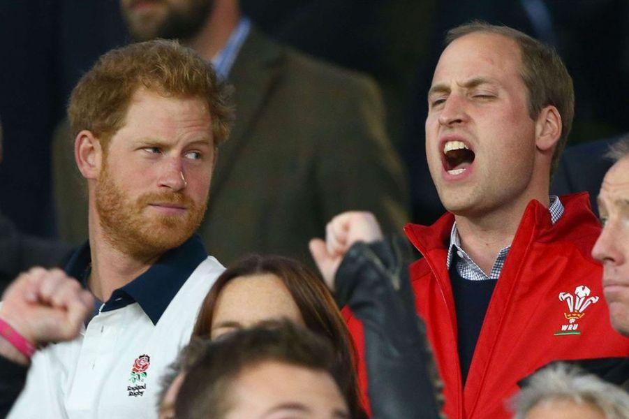 Le match Angleterre-Pays de Galles, ce samedi 26 septembre, lors de la coupe du monde de Rugby avait une forte importance dans la famille royale britannique: le prince Harry est supporter de l'équipe d'Angleterre, le prince William de l'équipe du Pays de Galles. Et c'est le second qui a pu profiter de la victoire, au côté de son épouse la duchesse de Cambridge, née Kate Middleton.Chaque dimanche, le Royal Blog de Paris Match vous propose de voir ou revoir les plus belles photographies de la semaine royale.