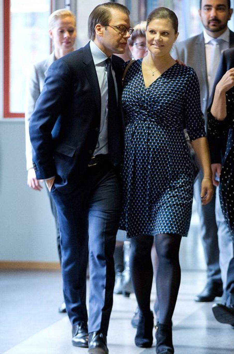 La princesse héritière Victoria de Suède, enceinte de son deuxième enfant, était ce mercredi 18 novembre en visite dans le Värmland pour un programme sur le thème de la migration et de l'intégration. Et c'est un prince Daniel plus attentionné que jamais qui l'accompagnait.Chaque dimanche, le Royal Blog de Paris Match vous propose de voir ou revoir les plus belles photographies de la semaine royale.