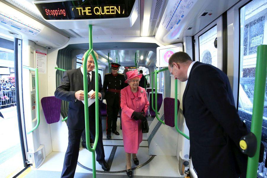 On a davantage l'habitude de la voir dans ses Bentley ou ses carrosses. Ce jeudi 19 novembre, la reine Elizabeth II, qui était à Birmingham avec son époux le prince Philip, a été photographiée à bord d'une rame de tramway, et même assise à la place du conducteur.Chaque dimanche, le Royal Blog de Paris Match vous propose de voir ou revoir les plus belles photographies de la semaine royale.