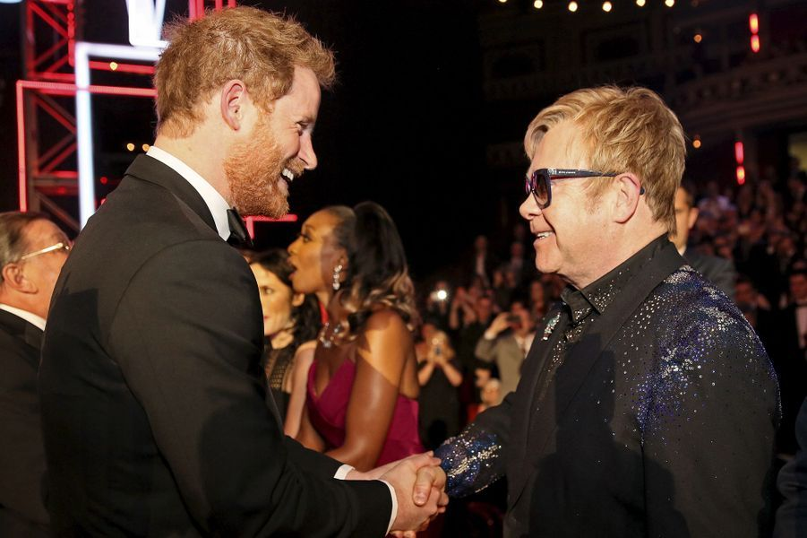 Cette année, c'est au prince Harry qu'est revenue la tâche, ce vendredi 13 novembre, de représenter la famille royale britannique lors de la Royal Variety Performance. L'occasion pour le petit-fils de la reine Elizabeth II d'embrasser Kylie Minogue ou de saluer les One Direction ou encore Elton John, qui fut l'ami de Lady Di sa mère.Chaque dimanche, le Royal Blog de Paris Match vous propose de voir ou revoir les plus belles photographies de la semaine royale.