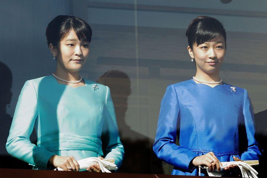 En ces premiers jours de janvier, la famille impériale du Japon s'est rassemblée comme de coutume autour de l'empereur Akihito. Contrairement à l'an passé, la princesse Mako était présente pour ces manifestations officielles de début d'année. Et ce samedi 2 janvier elle s'assortissait à sa petite sœur la princesse Kako pour apparaître au balcon du Palais impérial.Chaque dimanche, le Royal Blog de Paris Match vous propose de voir ou revoir les plus belles photographies de la semaine royale.