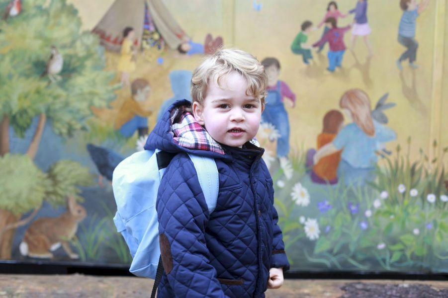 Ce mercredi 6 janvier était à marquer d'une pierre blanche pour le petit prince George, fils du prince William et de son épouse la duchesse de Cambridge, née Kate Middleton. L'arrière petit-fils de la reine Elizabeth II a fait son entrée à l'école: la Westacre Montessori School Nursery située à deux pas d'Anmer Hall dans le Norfolk.Chaque dimanche, le Royal Blog de Paris Match vous propose de voir ou revoir les plus belles photographies de la semaine royale.