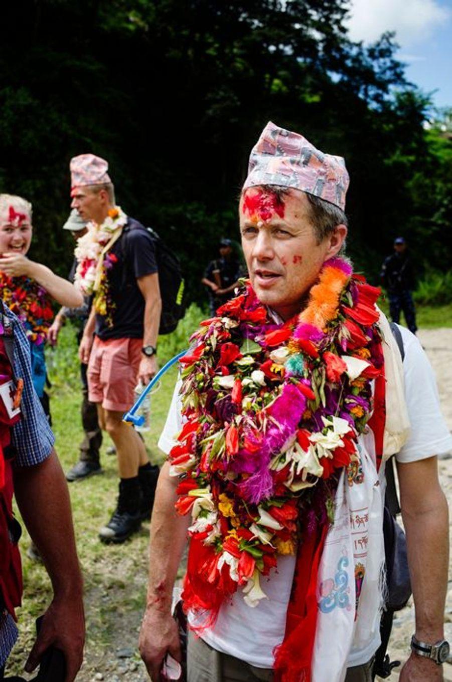 En septembre 2015, le prince héritier Frederik de Danemark était au Népal, avec la Croix rouge danoise. Des photos très «couleurs locales» viennent d'être diffusées.Chaque dimanche, le Royal Blog de Paris Match vous propose de voir ou revoir les plus belles photographies de la semaine royale.
