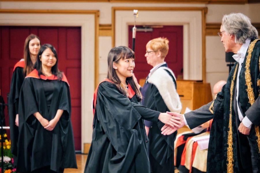 La princesse Mako du Japon, petite-fille de l'empereur Akihito et de l'impératrice Michiko, a reçu, ce jeudi 21 janvier, son diplôme de l'Université de Leicester, après avoir suivi, incognito, une année de cours consacrés à la muséographie.Chaque dimanche, le Royal Blog de Paris Match vous propose de voir ou revoir les plus belles photographies de la semaine royale.