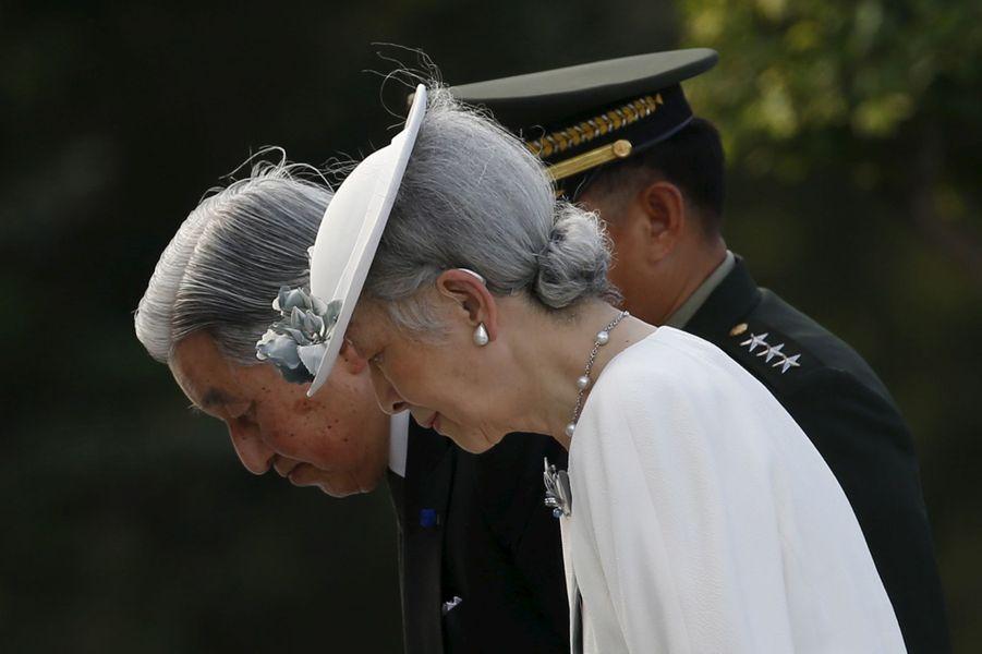 L'empereur du Japon Akihito, accompagné de son épouse l'impératrice Michiko, s'est recueilli ce mercredi 27 janvier dans le plus grand cimetière militaire des Philippines, lors du premier événement très symbolique de sa visite historique de cinq jours dans l'archipel.Chaque dimanche, le Royal Blog de Paris Match vous propose de voir ou revoir les plus belles photographies de la semaine royale.
