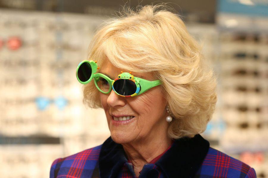 S'afficher face aux photographes des lunettes grenouilles vert flashy sur le nez ne pose aucun problème à la duchesse de Cornouailles Camilla, l'épouse du prince Charles. Elle l'a prouvé ce mercredi 3 février à Peterborough.Chaque dimanche, le Royal Blog de Paris Match vous propose de voir ou revoir les plus belles photographies de la semaine royale.