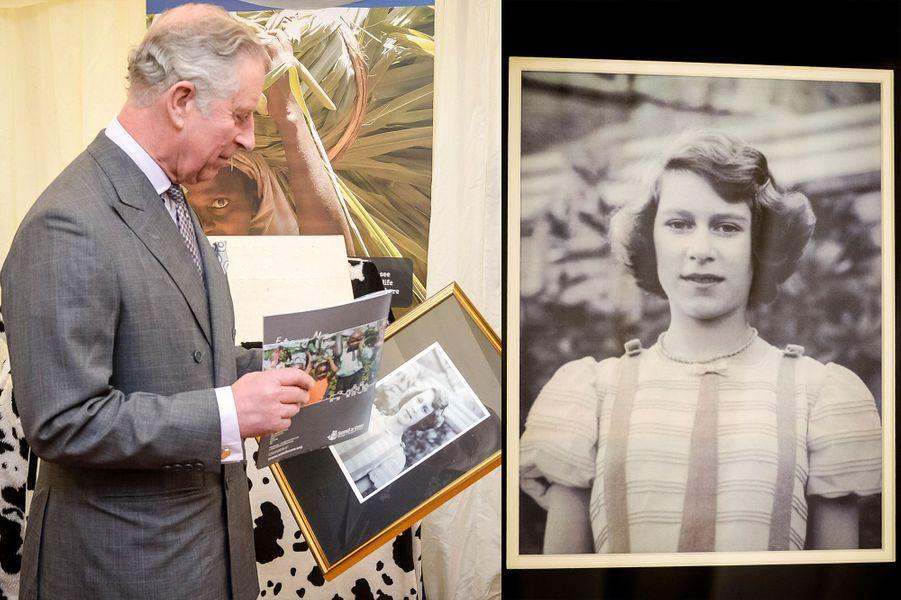Belle surprise pour le prince Charles ce lundi 1er février à Newton St Loe, au sud-ouest de l'Angleterre. Il a reçu en cadeau une photo inédite de sa mère la reine Elizabeth II, alors adolescente.Chaque dimanche, le Royal Blog de Paris Match vous propose de voir ou revoir les plus belles photographies de la semaine royale.
