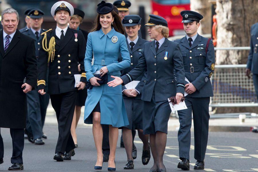 Ravissante dans son manteau bleu, la duchesse de Cambridge, née Kate Middleton, a illuminé ce dimanche 7 février à Londres les commémorations du 75e anniversaire des Cadets de l'Air, dont elle est la nouvelle marraine.Chaque dimanche, le Royal Blog de Paris Match vous propose de voir ou revoir les plus belles photographies de la semaine royale.