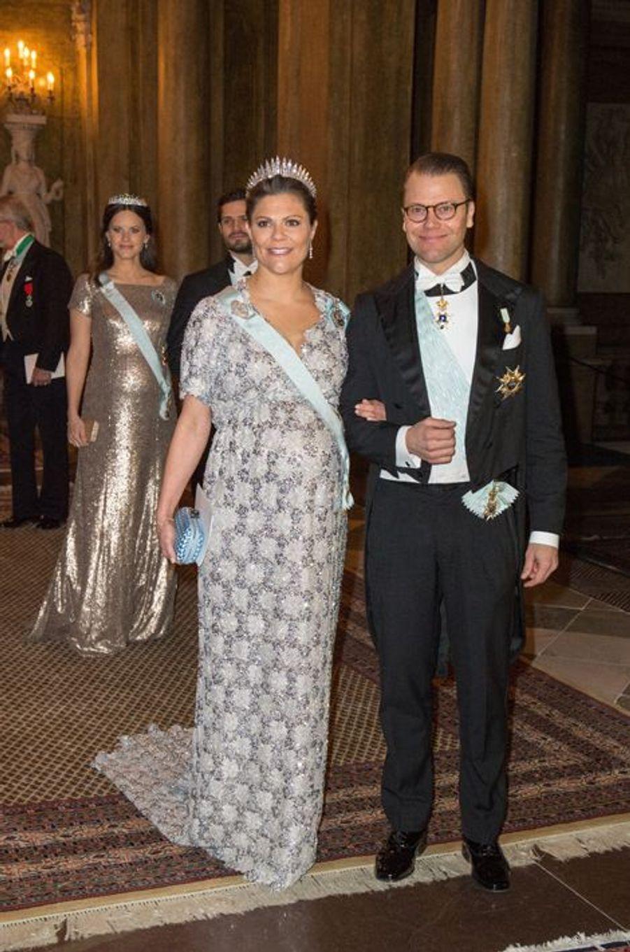 Pour le premier dîner de gala de l'année offert par le roi Carl XVI Gustaf de Suède et la reine Silvia, la princesse héritière Victoria et la princesse Sofia, née Hellqvist, toutes les deux enceintes, étaient littéralement sublimes ce mercredi 3 février au soir.Chaque dimanche, le Royal Blog de Paris Match vous propose de voir ou revoir les plus belles photographies de la semaine royale.