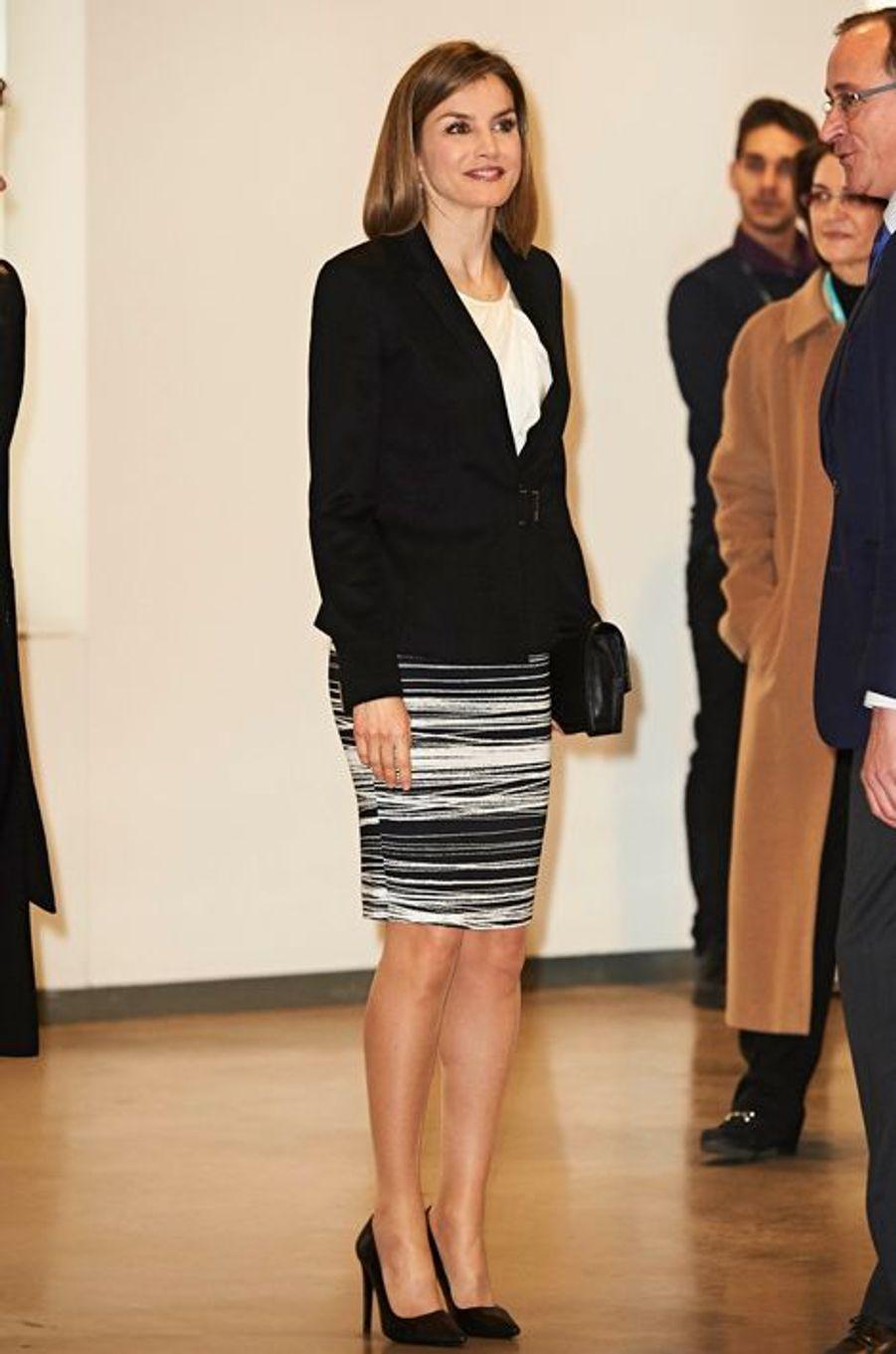 Ce mercredi 3 février, c'est dans un look black & white que la reine Letizia d'Espagne est apparue au centre culturel Espacio Fundación Telefónica à Madrid où se tenait le Ve Forum contre le cancer.Chaque dimanche, le Royal Blog de Paris Match vous propose de voir ou revoir les plus belles photographies de la semaine royale.