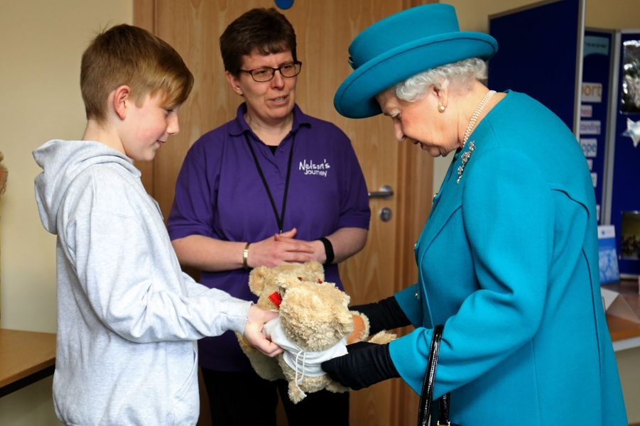 Tandis que sa belle-fille la duchesse de Cornouailles Camilla visitait ce jeudi 4 février une prison à Londres, la reine Elizabeth II s'est rendue dans un hôpital à Hillington, à proximité de son domaine royal de Sandringham où elle séjourne actuellement. L'occasion de se voir offrir, par un petit garçon dont la mère est décédée, deux ours en peluche pour le prince George et la princesse Charlotte, les enfants du prince William et de la duchesse de Cambridge, née Kate Middleton.Chaque dimanche, le Royal Blog de Paris Match vous propose de voir ou revoir les plus belles photographies de la semaine royale.