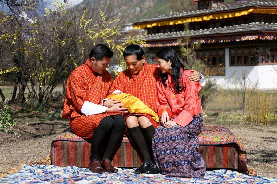Ce mardi 9 février, jour de la fête du Nouvel An au Bhoutan, le roi Jigme Khesar Namgyel Wangchuck et sa reine Jetsun Pema ont révélé la première photo de leur bébé, né cinq jours plus tôt, en présence du grand-père paternel de l'enfant, l'ancien roi Jigme Singye Wangchuck.Chaque dimanche, le Royal Blog de Paris Match vous propose de voir ou revoir les plus belles photographies de la semaine royale.