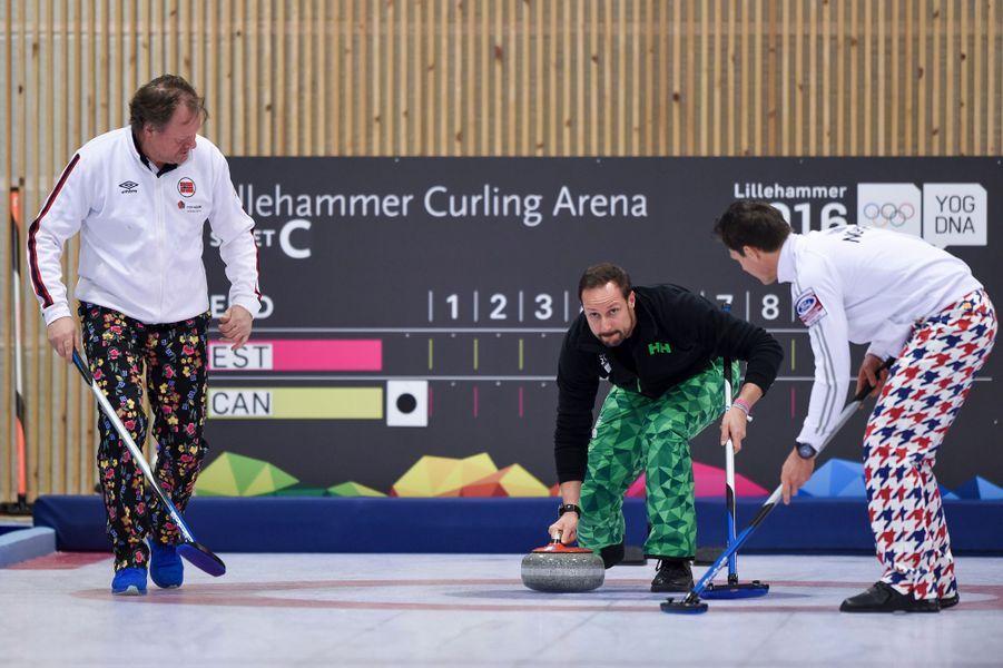 La famille royale de Norvège était mobilisée ce vendredi 12 février à Lillehammer pour l'ouverture des Jeux olympiques de la jeunesse (JOJ) 2016. L'occasion pour le prince Haakon d'exercer ses talents dans le maniement de la pierre en compagnie de la ministre de la Culture norvégienne et des médaillés olympiques Pål Trulsen et Thomas Ulsrud, dans la halle de curling.Chaque dimanche, le Royal Blog de Paris Match vous propose de voir ou revoir les plus belles photographies de la semaine royale.
