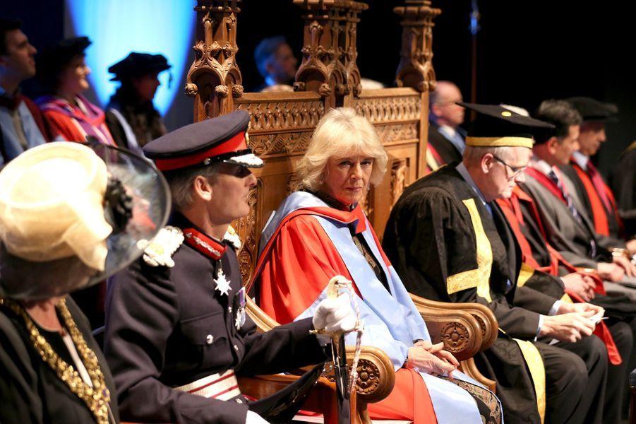 Ce jeudi 11 février, la duchesse de Cornouailles Camilla a reçu son premier Doctorat honoris causa. Remis par l'Université de Southampton, celui-ci récompense le travail de l'épouse du prince Charles sur l'ostéoporose.Chaque dimanche, le Royal Blog de Paris Match vous propose de voir ou revoir les plus belles photographies de la semaine royale.