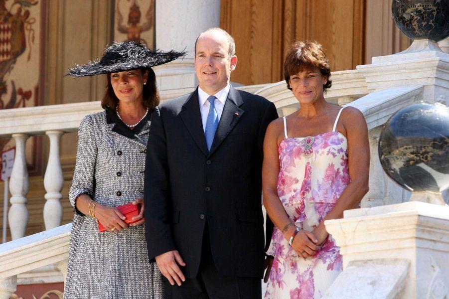 Le prince Albert II de Monaco (ici avec ses soeurs les princesses Caroline de Hanovre et Stéphanie de Monaco le 12 juillet 2005, jour de son investiture) va fêter en 2020 ses 15 ans sur le trône de la Principauté