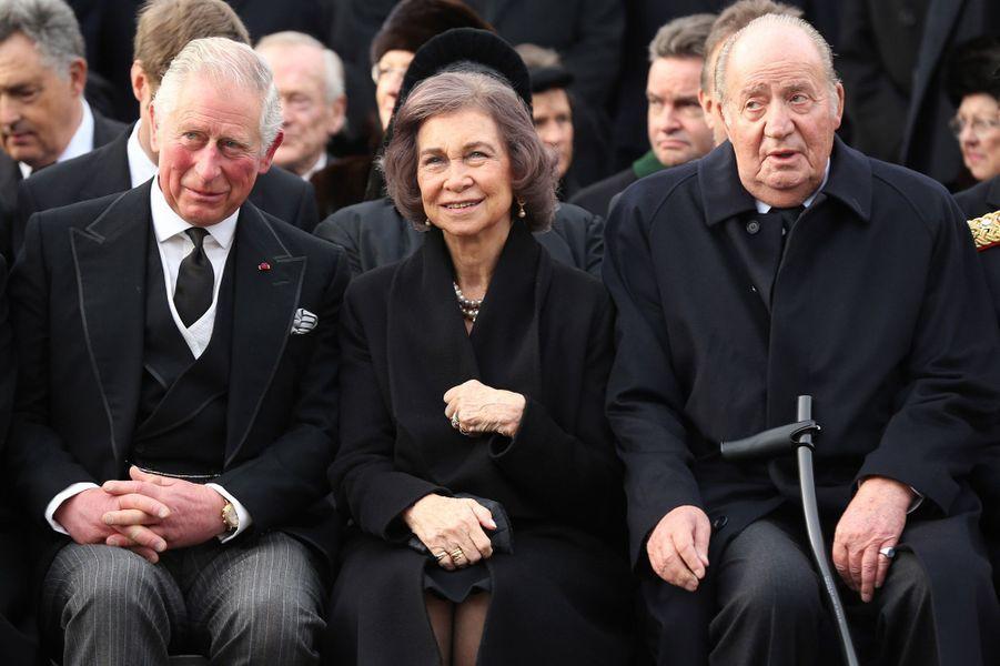 Le prince Charles d'Angleterre avec l'ex-reine Sofia et l'ex-roi Juan Carlos d'Espagne aux obsèques de l'ex-roi Michel de Roumanie à Bucarest, le 16 décembre 2017