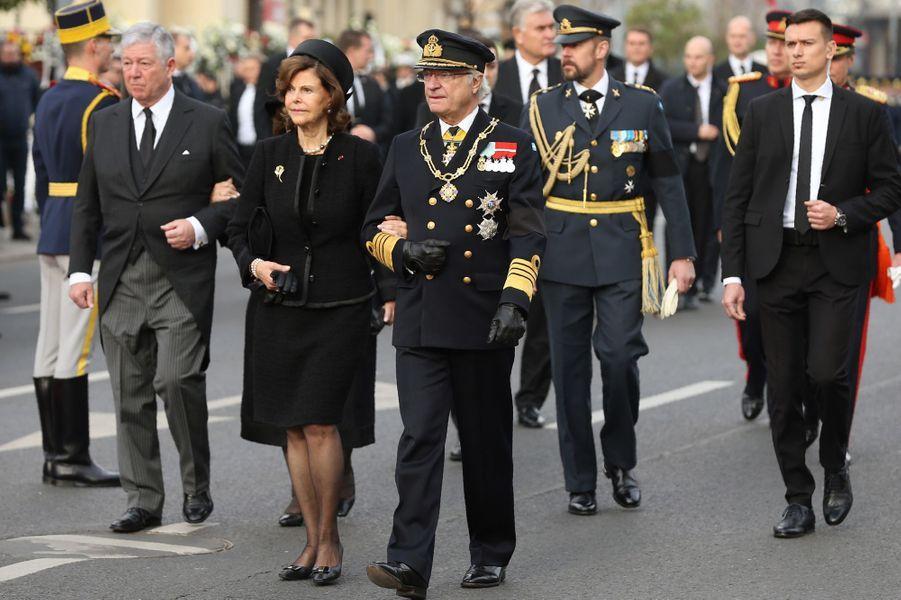 La reine Silvia et le roi Carl XVI Gustaf de Suède aux obsèques de l'ex-roi Michel de Roumanie à Bucarest, le 16 décembre 2017
