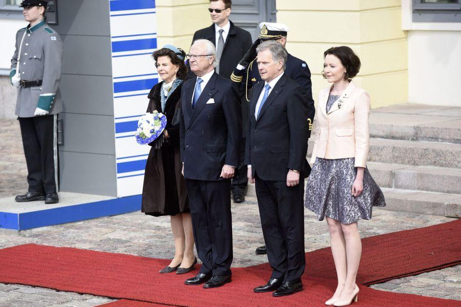 La reine Silvia et le roi Carl XVI Gustaf de Suède avec le couple présidentiel finlandais à Helsinki, le 1er juin 2017
