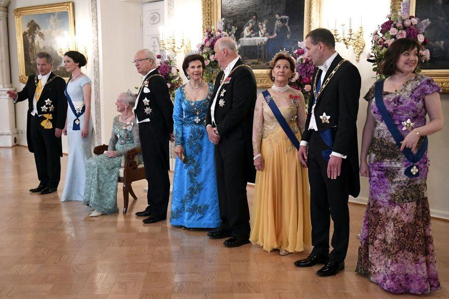 La reine Margrethe II de Danemark, le roi Harald V et la reine Sonja de Norvège, le roi Carl XVI Gustaf et la reine Silvia de Suède avec les couples présidentiels finlandais et islandais à Helsinki, le 1er juin 2017
