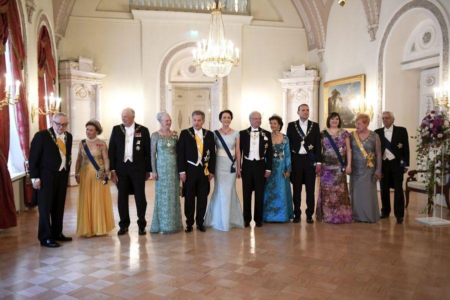 La reine Sonja et le roi Harald V de Norvège, la reine Margrethe II de Danemark, le roi Carl XVI Gustaf et la reine Silvia de Suède avec les couples présidentiels finlandais et islandais à Helsinki, le 1er juin 2017