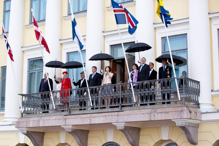 Le roi Harald V et la reine Sonja de Norvège, la reine Margrethe II de Danemark, le roi Carl XVI Gustaf et la reine Silvia de Suède avec les couples présidentiels finlandais et islandais à Helsinki, le 1er juin 2017