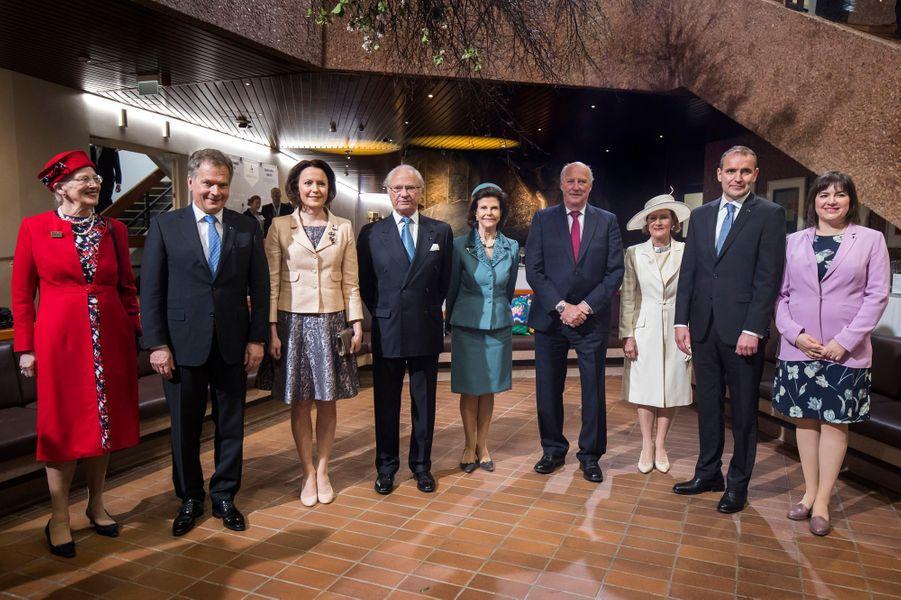 La reine Margrethe II de Danemark, le roi Carl XVI Gustaf et la reine Silvia de Suède, le roi Harald V et la reine Sonja de Norvège, avec les couples présidentiels finlandais et islandais à Helsinki, le 1er juin 2017