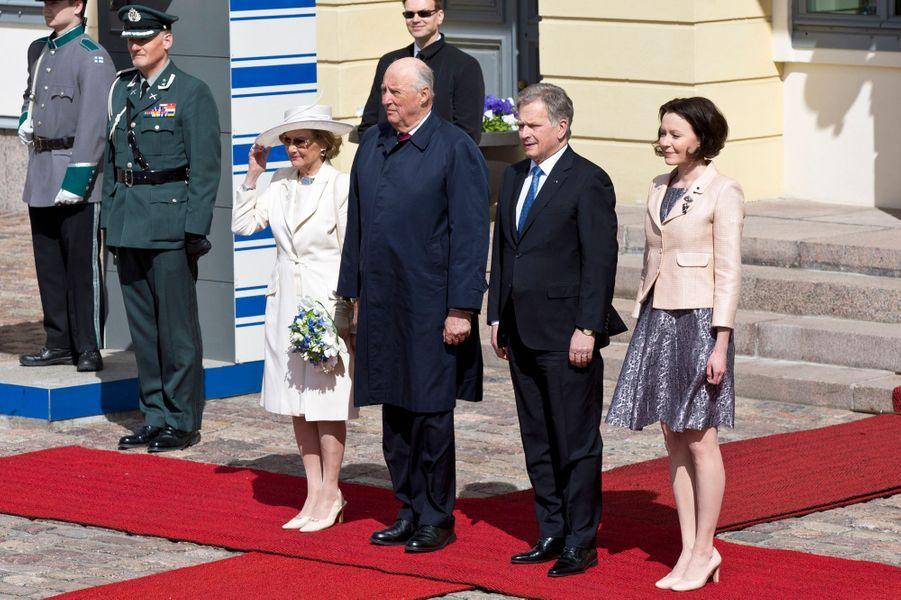 La reine Sonja et le roi Harald V de Norvège avec le couple présidentiel finlandais à Helsinki, le 1er juin 2017