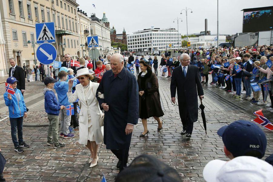 La reine Sonja et le roi Harald V de Norvège avec la reine Silvia et le roi Carl XVI Gustaf de Suède à Helsinki, le 1er juin 2017
