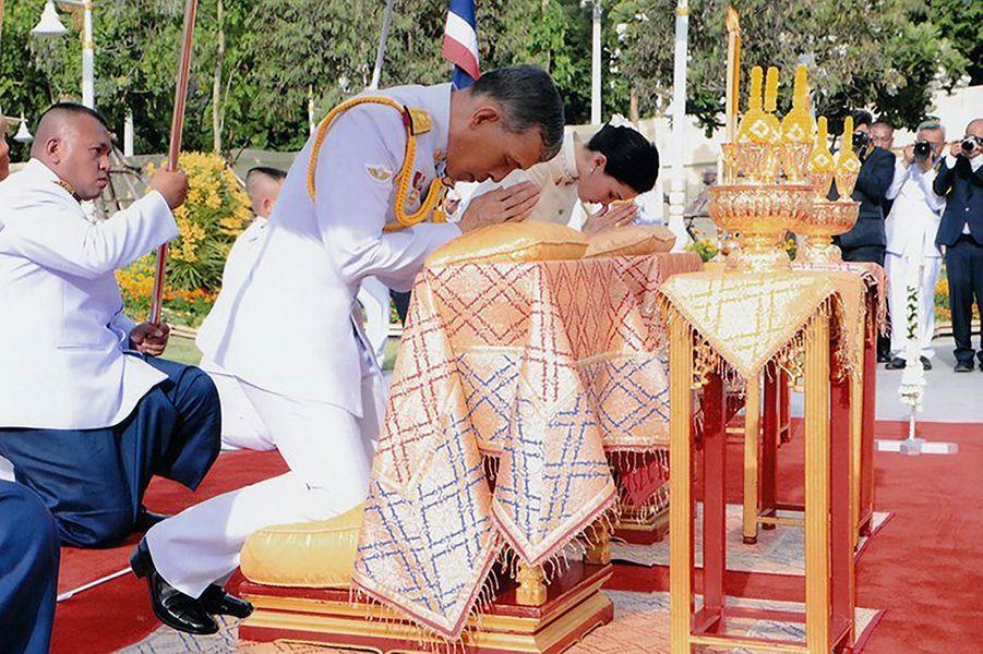 Le roi Maha Vajiralongkorn de Thaïlande (Rama X) et la reine Suthida à Bangkok, le 2 mai 2019