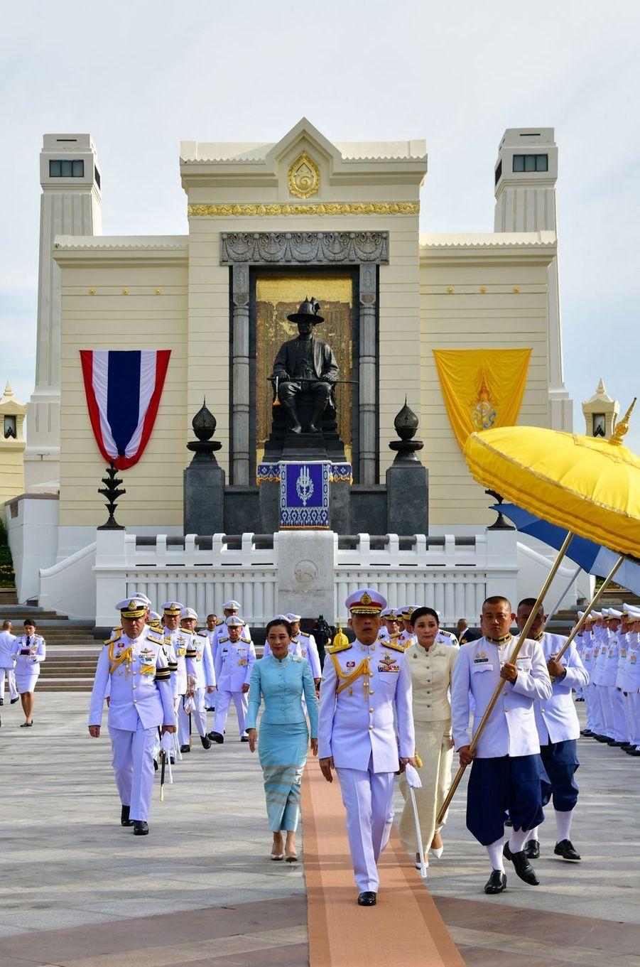 Le roi Maha Vajiralongkorn de Thaïlande (Rama X), la reine Suthida et la princesse Bajrakitiyabha à Bangkok, le 2 mai 2019