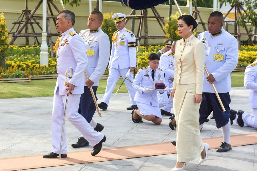 Le roi Maha Vajiralongkorn de Thaïlande (Rama X) avec la reine Suthida à Bangkok, le 2 mai 2019