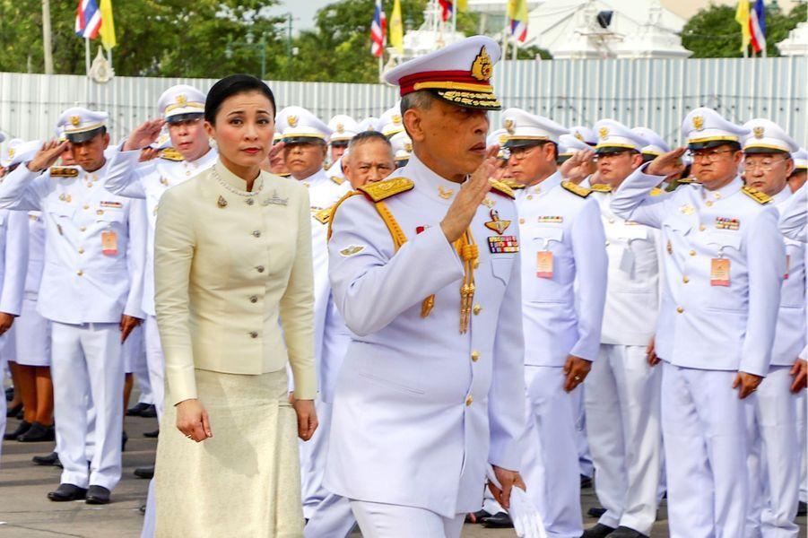 Le roi Maha Vajiralongkorn de Thaïlande (Rama X) et se femme la reine Suthida à Bangkok, le 2 mai 2019