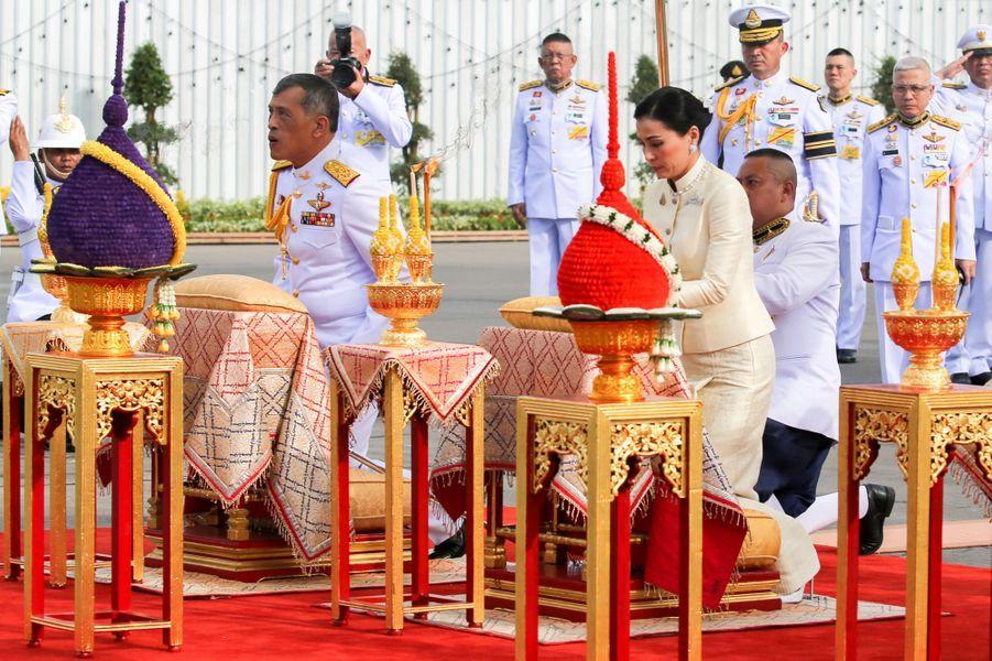 Le roi Maha Vajiralongkorn et la reine Suthida de Thaïlande à Bangkok, le 2 mai 2019