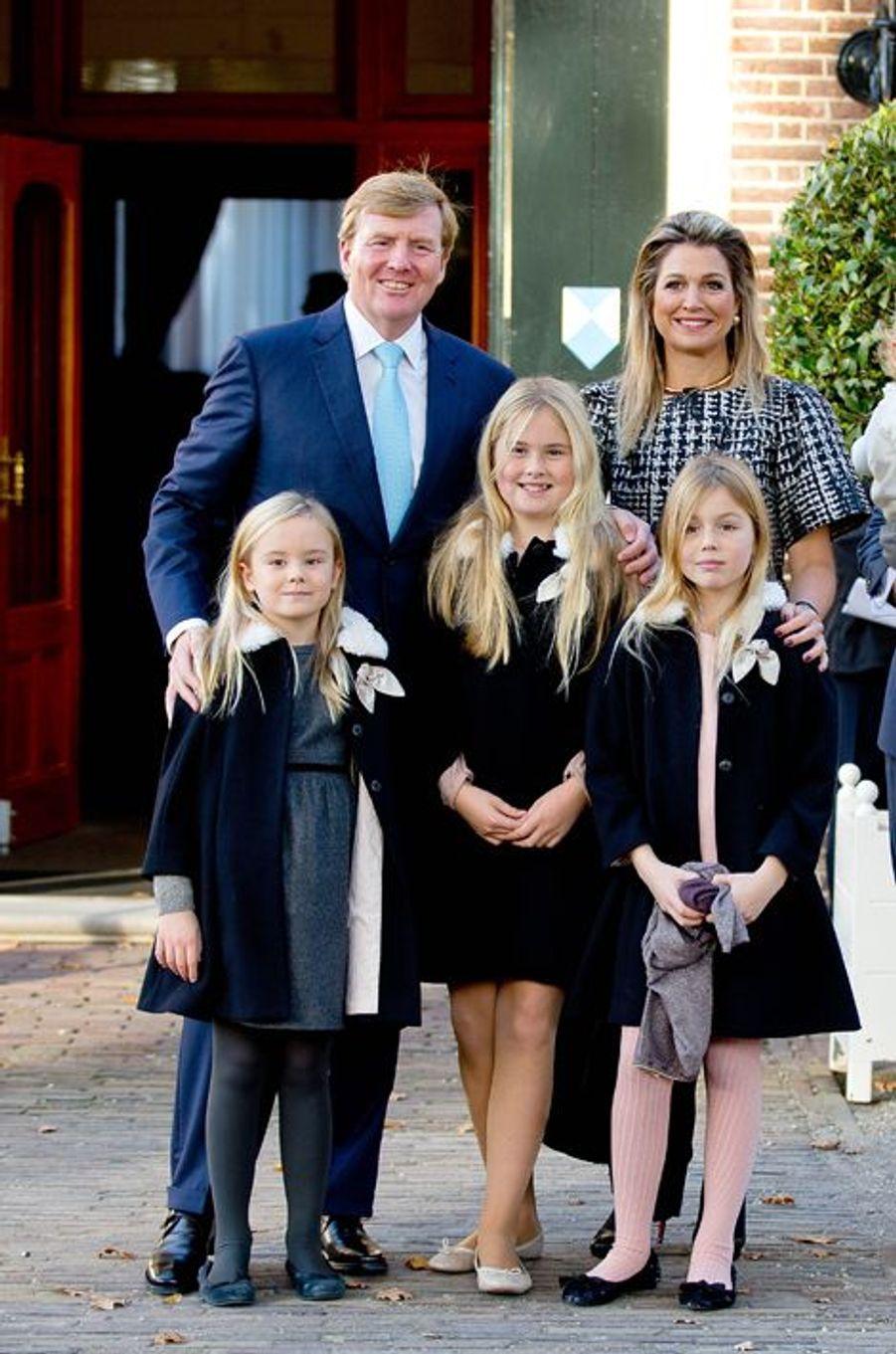 Le roi Willem-Alexander des Pays-Bas, la reine Maxima et leurs filles les princesses Catharina-Amalia, Alexia et Ariane, à Apeldoorn le 9 novembre...