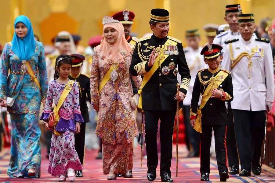 Le sultan de Brunei avec, au premier rang, sa femme, ses deux plus jeunes enfants et sa belle-fille Sarah, le 15 août 2015