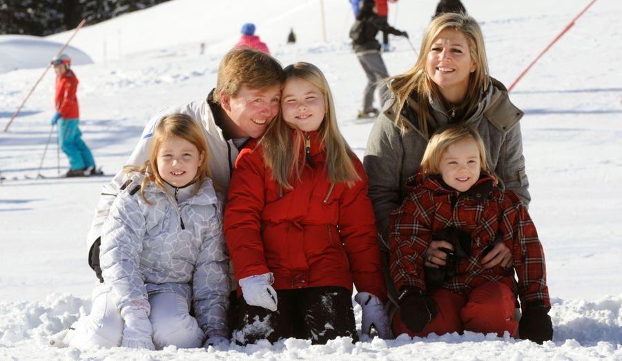 La reine Beatrix, le futur roi Willem-Alexander son épouse Maxima et leur trois filles sont arrivés à Lech en Autriche où la famille royale des Pays-Bas a l'habitude de passer des vacances pour skier. C'est d'ailleurs dans cette station que le prince Friso a été victime du terrible accident qui l'a laissé dans le coma. C'était il y a un an, le 17 février. Une messe a été donnée en son souvenir.