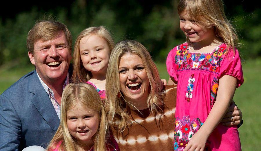 Comme tous les ans à l'arrivée de l'été, la princesse Maxima et son époux le prince Willem-Alexander ont pris la pose devant les photographes. Le couple, entouré de ses trois filles Catharina-Amalia (8 ans), Alexia (7 ans) et Ariane (5 ans), est apparu complice et souriant dans le parc du leur résidence d'Eikenhorst à Wassenaar.