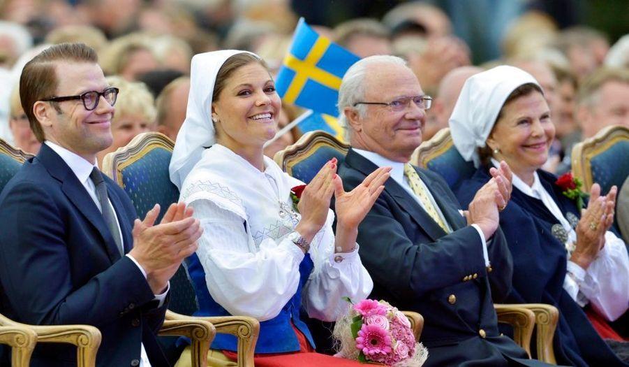 La famille royale suédoise s'est ensuite rendue au festival de Borgholm, accompagnée par le prince Carl Philip et la princesse Madeleine. La princesse Victoria portait un habit traditionnel pour l'occasion.