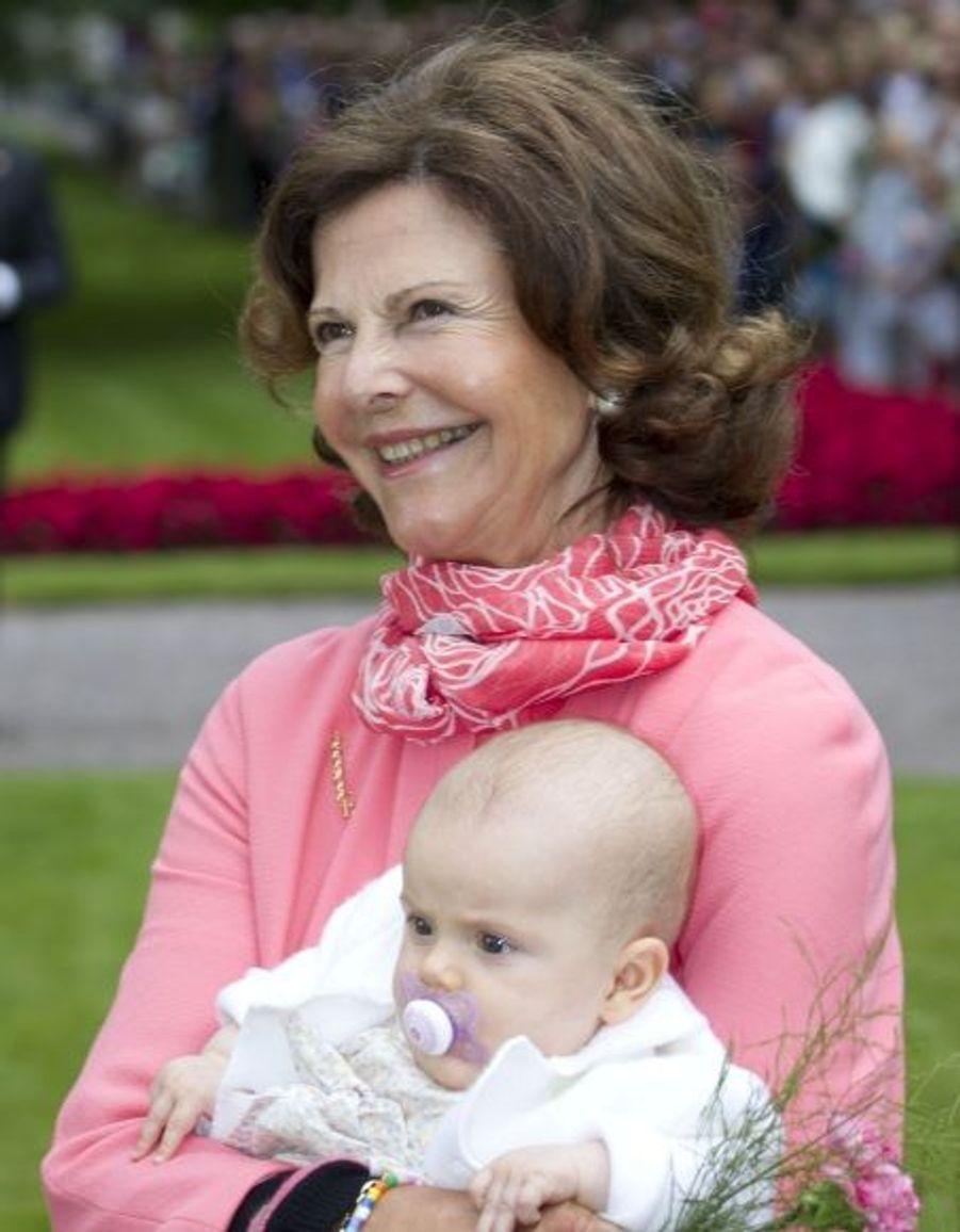 Estelle dans les bras de sa grand-mère