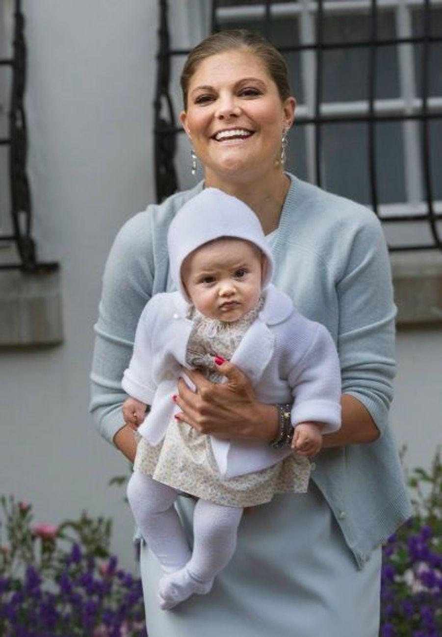 La petite Estelle, cinq mois, fait déjà le bonheur de ses parents.
