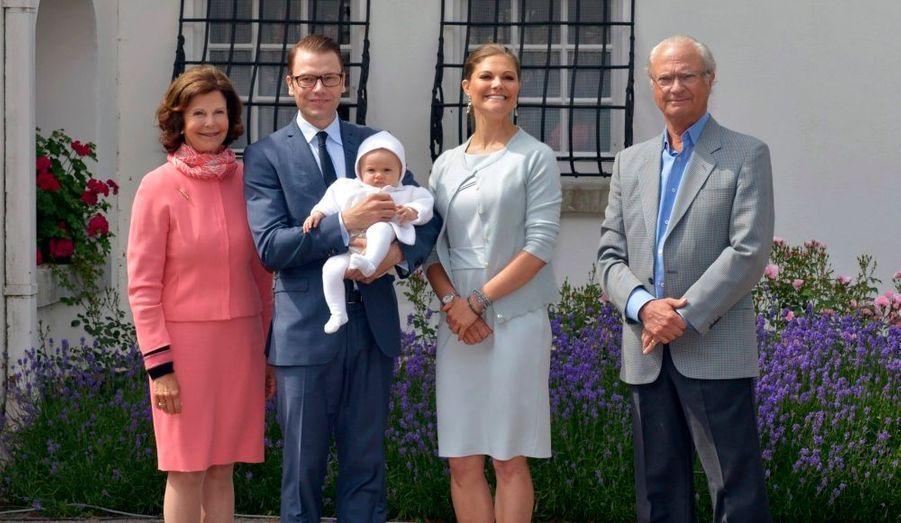 Victoria de Suède a fêté en famille son 35e anniversaire. L'héritière du trône est d'abord apparue à la résidence d'été de la couronne, à Solliden. Aux côtés de son épouse, on retrouvait le prince Daniel, leur fille, la petite Estelle, cinq mois, et le couple royal, le roi Carl XVI Gustaf et la reine Silvia. La famille s'est ensuite rendue au festival de Borgholm, accompagnée par le prince Carl Philip et la princesse Madeleine.
