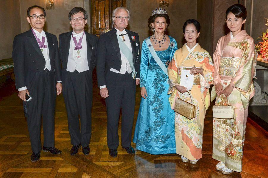 Le roi Carl XVI Gustaf de Suède et la reine Silvia avec les prix Nobel de physique et leurs épouses à Stockholm, le 10 décembre 2014
