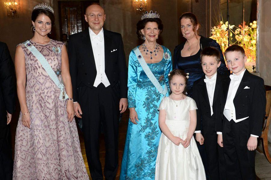 Le roi Carl XVI Gustaf de Suède, la reine Silvia et la princesse Madeleine avec le prix Nobel de Chimie et sa famille à Stockholm, le 10 décembre...