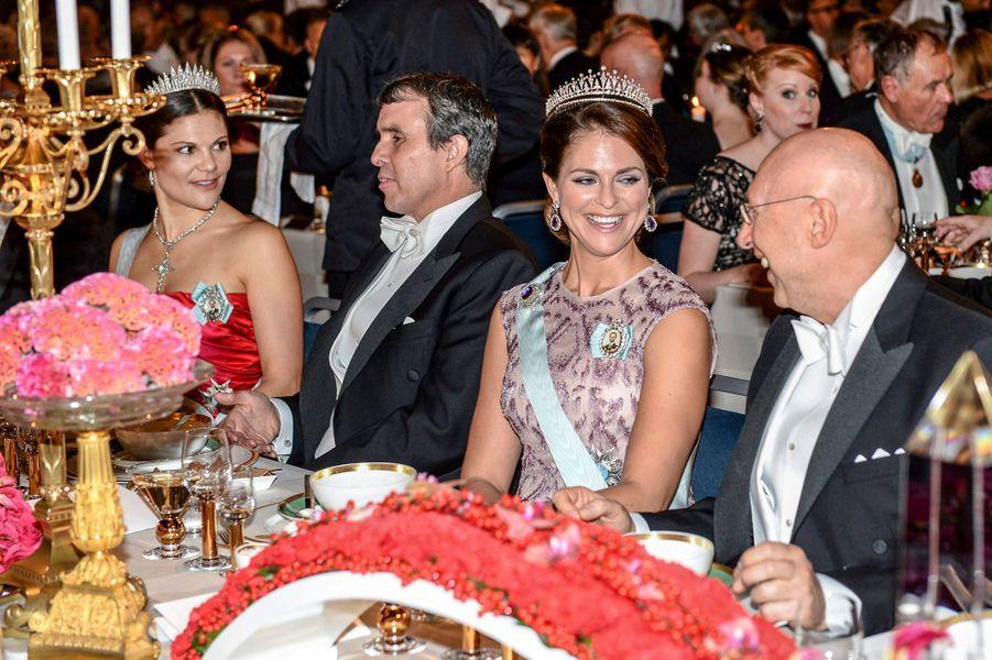 Les princesses Victoria et Madeleine de Suède au banquet des prix Nobel à Stockholm, le 10 décembre 2014
