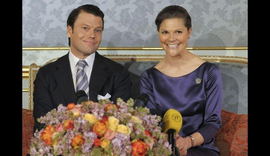 Face aux médias, Victoria de Suède annonce ses fiançailles.