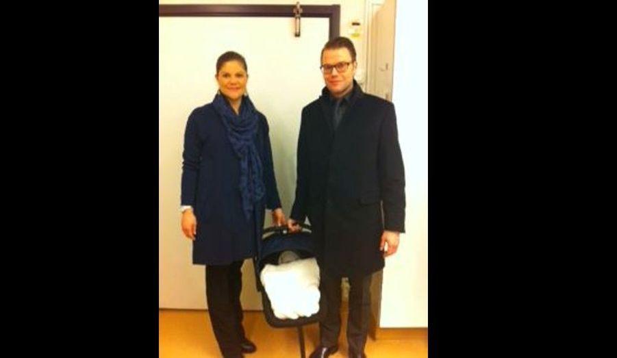 La première photo du bébé, pris à la sortie de la maternité. Lors d'un conseil extraordinaire au Palais royal de Stockholm au lendemain de la naissance, le roi Carl XVI Gustaf a révélé que la fillette avait été prénommée Estelle Silvia Ewa Mary. Elle prend le titre de Duchesse d'Östergötland, région du sud-est du pays.